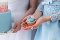 Femme avec le petit gâteau Image libre de droits