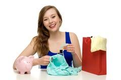 Femme avec le piggybank et le sac à provisions photographie stock libre de droits