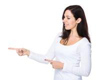 Femme avec le point de deux doigts de côté Images stock