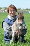 Femme avec le poney de poulain Photographie stock