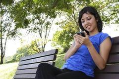 Femme avec le portable Photographie stock