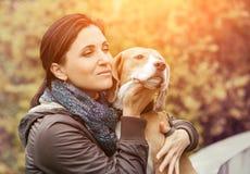 Femme avec le portrait de chien photographie stock libre de droits