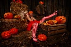 Femme avec le potiron de Halloween Photos stock