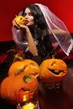 Femme avec le potiron de Halloween Photo stock