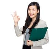 Femme avec le presse-papiers et le signe correct d'exposition Photos stock