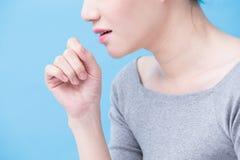 Femme avec le problème de tuberculose images stock