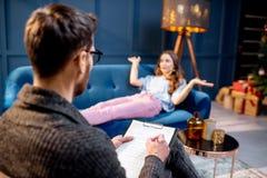 Femme avec le psychologue dans le bureau de luxe photographie stock