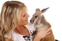 Femme avec le regard étroit de kangourou à l'un l'autre Photo libre de droits