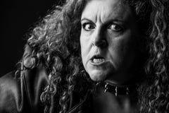 Femme avec le regard faisant rage image stock