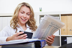 Femme avec le relevé de smartphone Images stock