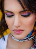 Femme avec le renivellement coloré image stock