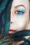 Femme avec le renivellement de bleu et de bronze image libre de droits