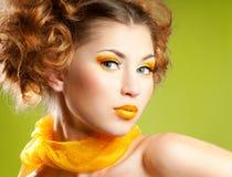 Femme avec le renivellement jaune Photographie stock