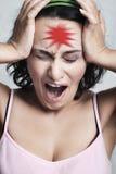 Femme avec le repère rouge de mal de tête photographie stock libre de droits