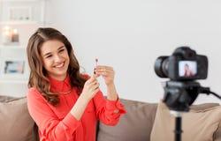 Femme avec le rouge à lèvres et la vidéo d'enregistrement d'appareil-photo photos stock