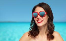 Femme avec le rouge à lèvres rouge et les nuances en forme de coeur Photos libres de droits