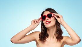 Femme avec le rouge à lèvres rouge et les nuances en forme de coeur Photo libre de droits
