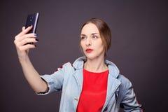 Femme avec le rouge à lèvres orange faisant le selfie Photos libres de droits