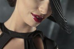 Femme avec le rouge à lievres rouge Photographie stock