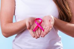Femme avec le ruban de conscience de cancer du sein sur des mains photo libre de droits