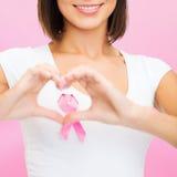 Femme avec le ruban rose de cancer Photographie stock libre de droits