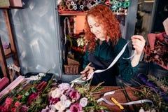 Femme avec le ruban rouge de coupe de cheveux à vendre Image stock