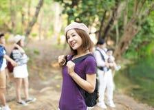 femme avec le sac à dos augmentant dans la forêt photographie stock