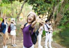 femme avec le sac à dos augmentant dans la forêt images stock
