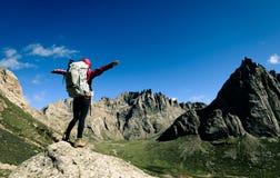 femme avec le sac à dos augmentant sur le dessus de montagne de haute altitude photos libres de droits