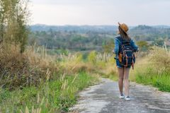 Femme avec le sac à dos marchant sur le sentier piéton en nature photos stock
