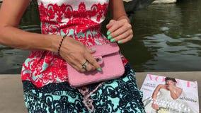 Femme avec le sac à main de luxe de peau de serpent de mode dehors Sac à main de python de peau de serpent banque de vidéos