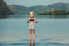 Femme avec le sac de papier aérien sur la plage tropicale Images libres de droits