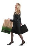Femme avec le sac de serviette et de transporteur Photographie stock