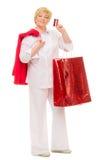 Femme avec le sac et par la carte de crédit aînés Images stock