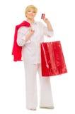 Femme avec le sac et par la carte de crédit aînés Photos libres de droits
