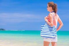 Femme avec le sac rayé à la plage tropicale Image libre de droits