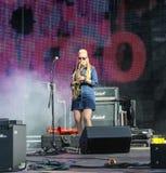 Femme avec le saxophone dans la scène fumeuse Photographie stock