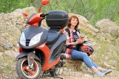 Femme avec le scooter Photo libre de droits