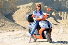 Femme avec le scooter Photos stock