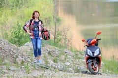Femme avec le scooter Photographie stock libre de droits
