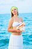 Femme avec le seashell image stock