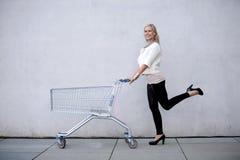Femme avec le shoppingcart Photographie stock