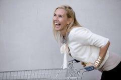 Femme avec le shoppingcart Images libres de droits