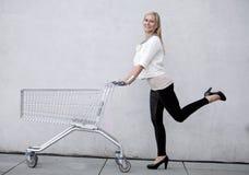 Femme avec le shoppingcart Image libre de droits