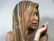 Femme avec le showl et la cigarette Photographie stock libre de droits