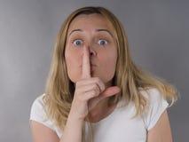 Femme avec le signe de silence Image libre de droits