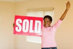 Femme avec le signe vendu Images libres de droits