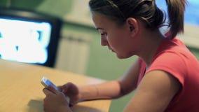 Femme avec le smartphone banque de vidéos