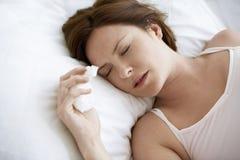 Femme avec le sommeil froid dans le lit images libres de droits
