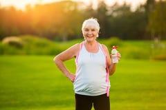 femme avec le sourire de bouteille d'eau Photos stock